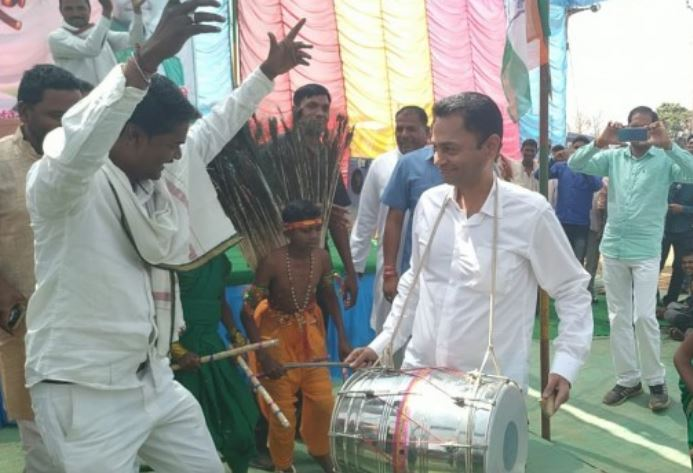 nakulnath-reached-tribal-area-dhagdiamal-for-public-meeting-and-play-drum-in-mp