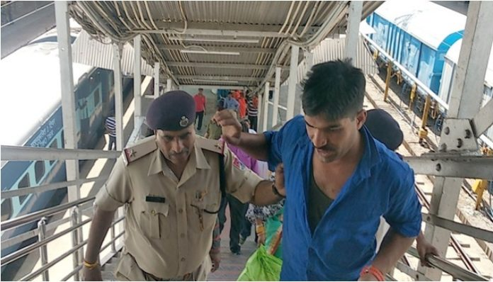 drunken-army-jawan-did-ruckus-in-the-train-in-itarsi-madhypradesh
