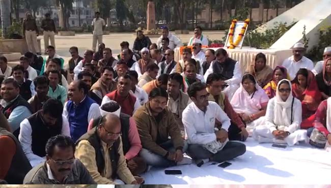 -Silence-protest-of-Congress-in-bhopal-against-shooting-of-Bapu's-effigy-