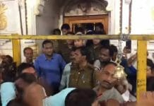 The-devotees-raised-the-slogans-against-the-legislator-who-came-to-visit-the-temple-after-being-VIP