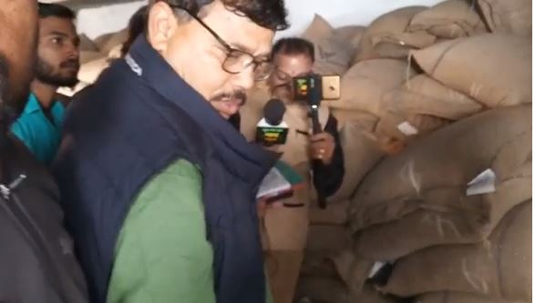-Inspecting-minister-Tomar-at-ration-shops-in-bhopal