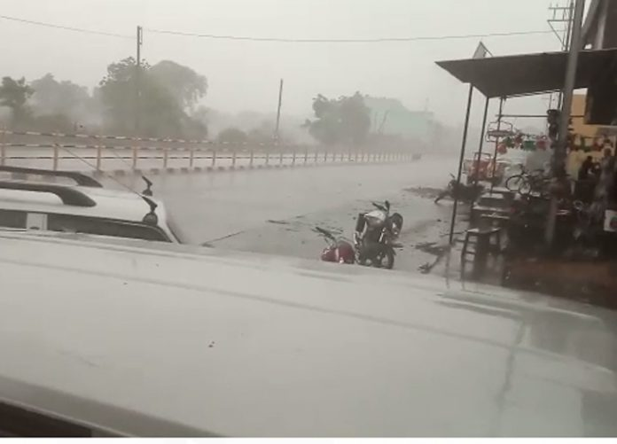 Rain has rained for half an hour in Neemuch