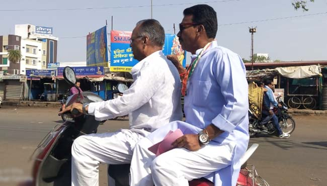 minister-campaigning-by-scooter-for-scindia-