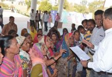beneficiaries-raise-slogan-for-pm-housing-scheme-