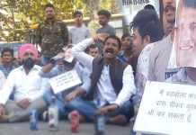 bjym-leaders-Protest-against-Patwari's-statement-in-indore-with-alcohol-botel--
