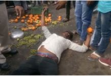fight-between-two-person-out-side-indore-railway-staion-