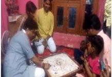 jyotiraditya-sindhiya-played-carrom-with-children-in-guna