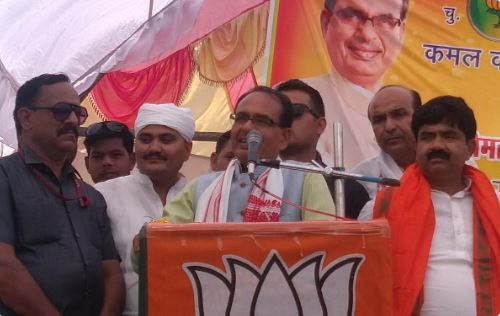 datia-power-cut-as-soon-as-shivraj-asked-for-light-than-took-meeting-with-help-of-generator