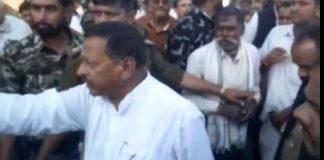 congress-mla-arjun-singh-kakodia-threatens-farmers-of-seoni-madhypradesh-video-viral