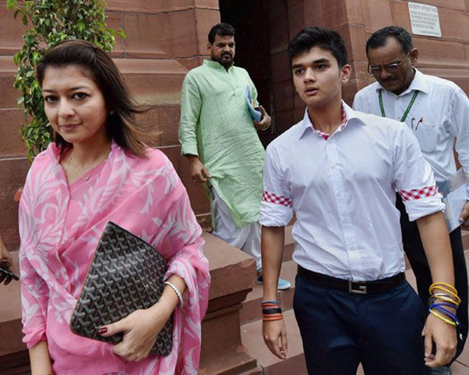 scindia-is-not-ready-on-wife-priydarshni-name-from-gwalior