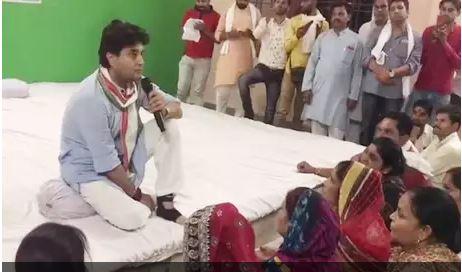 congress-women-worker-start-crying-in-front-of-scindia-guna