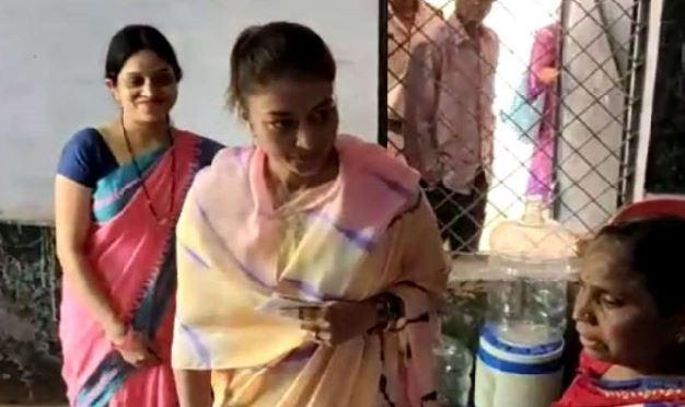 priyadarshini-raje-scindia-casts-his-vote-at-gwalior