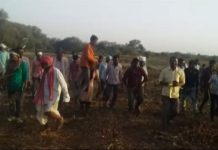 jhabua-woman-forced-to-parade-with-husband-on-shoulders-after-ran-with-lover-mp