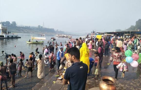 -On-the-Narmada-Ghat-a-huge-crowd-of-devotees-on-makar-sankranti