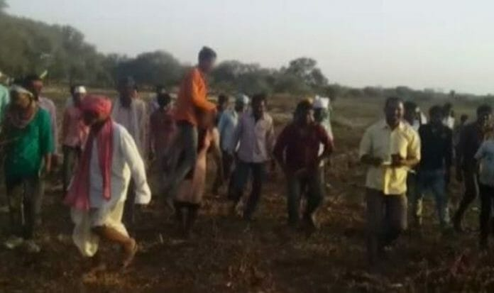 talibani-sentence-in-jhabua-woman-forced-to-parade-with-husband-on-shoulders