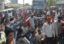 angry-farmers-jam-on-the-bhopal-sagar-route-due-to-low-prices-of-paddy