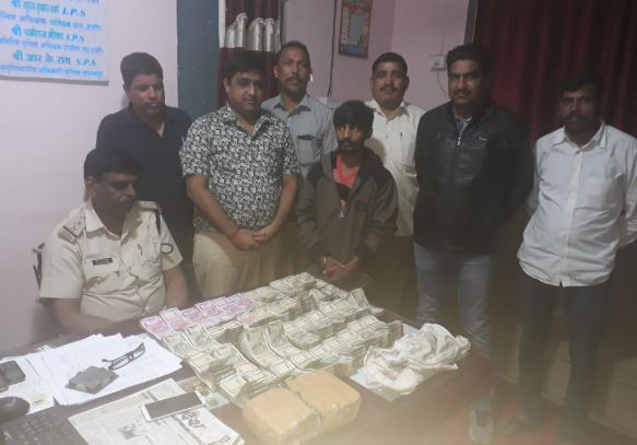 With-29-lakh-rupees-of-hawala-two-men-arrested-in-indore-wearing-a-special-jacket