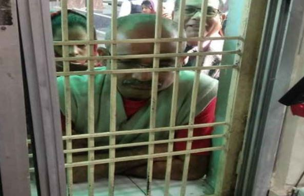 bhind-collector-treatment-his-daughter-at-government-hospital-