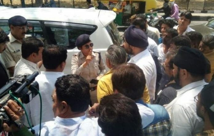 women-traffic-policeman-said-if-congress-councilor-show-i-take-bribe-then-i-will-leave-my-job