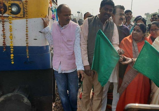 bjp-minister-of-state-wife-inaugurate-train-in-chatarpur