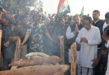 Kamal-Nath-arriving-late-in-the-funeral-of-martyr-Ashwini