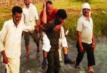 Patwari-on-a-farmer's-back-and-Survey-of-crop-damage-in-shivpuri-district