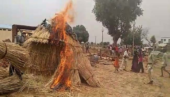protest-against-removal-of-encroachment-women-fire-in-Hut