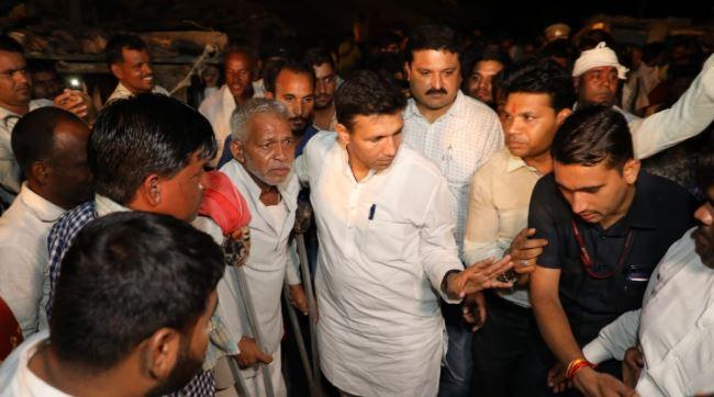 Minister-Patwari-rebuked-the-officers-take-food-at-tribal-home-in-bagli