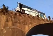passenger-bus-stopped-at-the-Narmada-bridge-due-to-the-driver's-uncontrolled-in-khargone-district