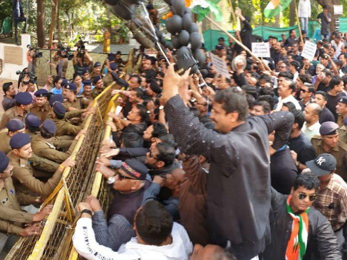 केंद्र पर भेदभाव का आरोप लगाते हुए कांग्रेसियों ने सांसद के घर का घेराव किया।