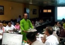 Congress-leader-gives-dirty-water-to-the-commissioner-in-meeting
