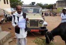 farmer-tie-buffalo-with-tehsildar-jeep-in-tikamgarh