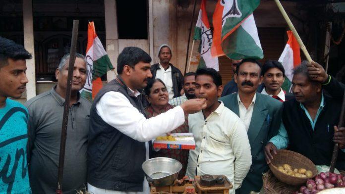-Praduman-Singh-become-minister-suporter-happy-distributed-Laddu