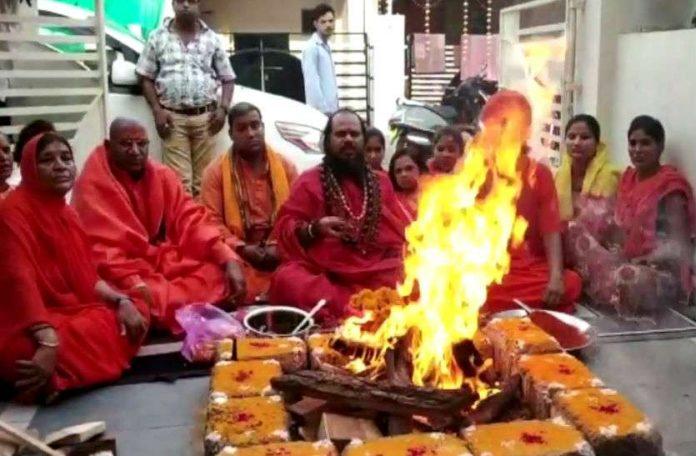 baba-who-took-samadhi-after-the-defeat-of-digvijay-singh-sacked-by-niranjani-akhara