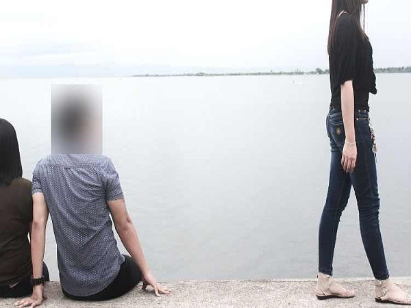 girl-spot-her-boyfriend-with-another-girl-call-brother
