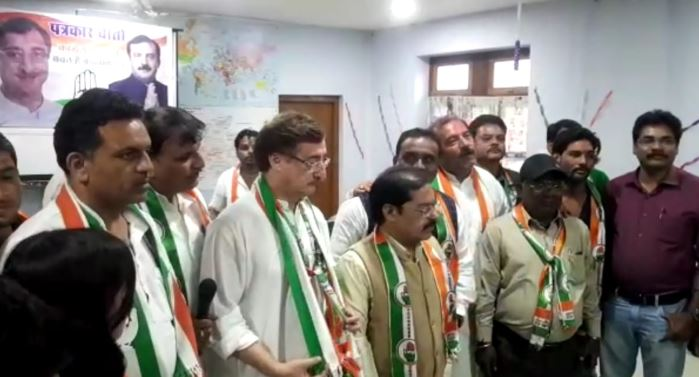 -BJP-leader-joins-Congress-after-stop-election-campaign-in-jabalpur-