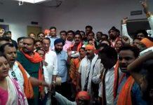 bjp-state-president-rakesh-singh-protest-in-police-station