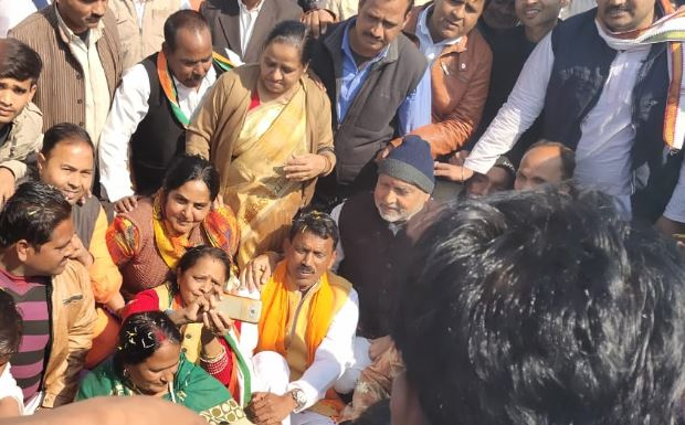 Gwalior-minister-sit-with-congress-leader