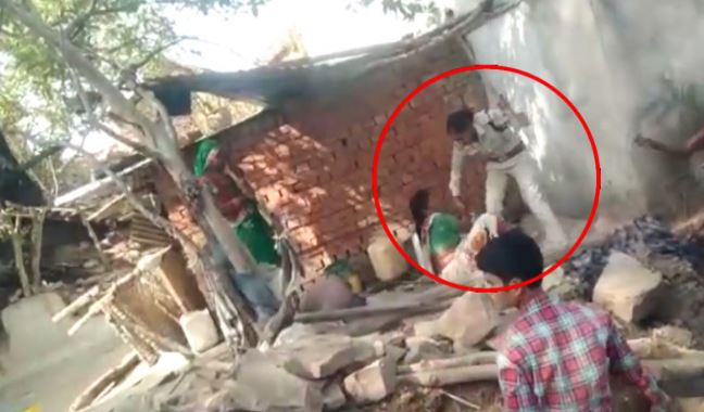 viral-video-of-lady-si-who-beaten-lady-in-damoh-madhy-pradesh