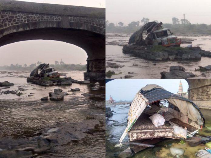 दर्दनाक हादसा, पुल से नदी में गिरा पिकअप वाहन, 7 की मौत