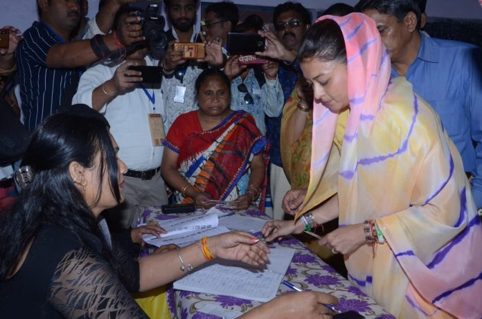 गुना नही ग्वालियर में प्रियदर्शनी ने डाला वोट, बोली-इस बार 6 लाख से ज्यादा वोटों से जीतेंगे सिंधिया