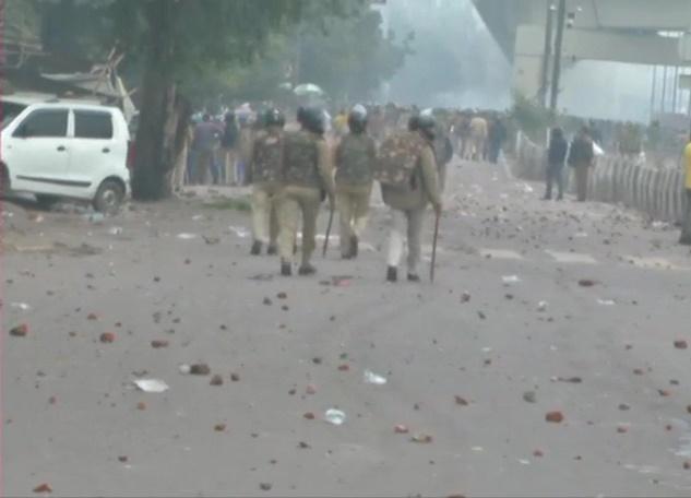 दिल्ली में फिर बवाल, सीलमपुर-जाफराबाद में हिंसक प्रदर्शन, पुलिस पर पथराव