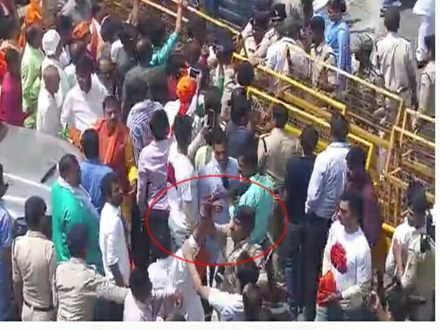 Sadhvi Pragya Thakur को NCP कार्यकर्ता ने दिखाए काले झंडे, हुई पिटाई