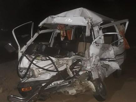Madhya Pradesh: घट्टिया के पास मिनी ट्रक ने कार को मारी टक्कर, 5 लोगों की मौत