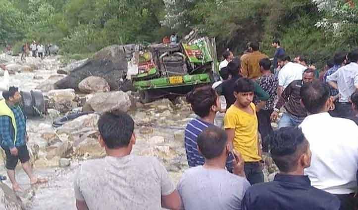बंजार में बड़ा हादसा : गहरी खाई में गिरी निजी बस, 20 की मौत, 25 घायल