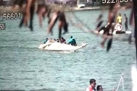VIDEO: भोपाल में आईपीएस अफसरों से भरी नाव पलटी, कई पानी में गिरे