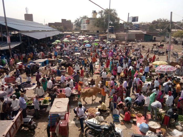 CORONA: मंदिर-मॉल पर ताले, लॉक डाउन के डर से बाजारों में उमड़ रही भारी भीड़