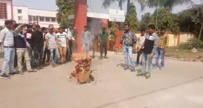 वादा खिलाफ़ी से आक्रोशित एग्रीकल्चर कॉलेज के छात्रों ने फूंका कृषिमंत्री का पुतला