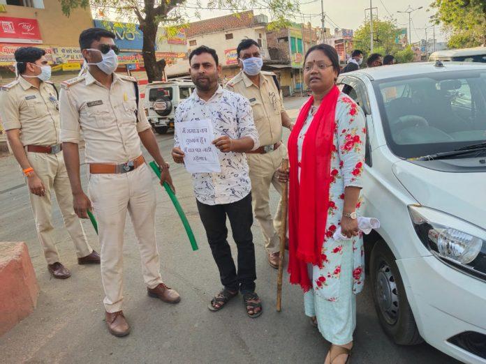 सड़कों पर निकले लोगों के खिलाफ पुलिसिया गांधीगिरी, किया ये सुलूक