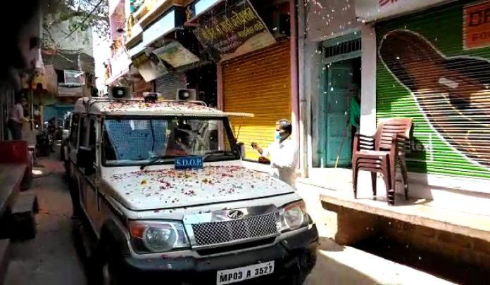 यहां पुलिसकर्मियों पर हुई फूलों की वर्षा, आरती उतारी..तालियों से किया स्वागत